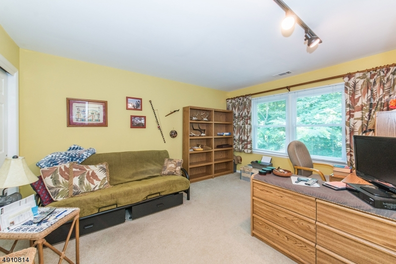 9 HERITAGE MANOR DR-15